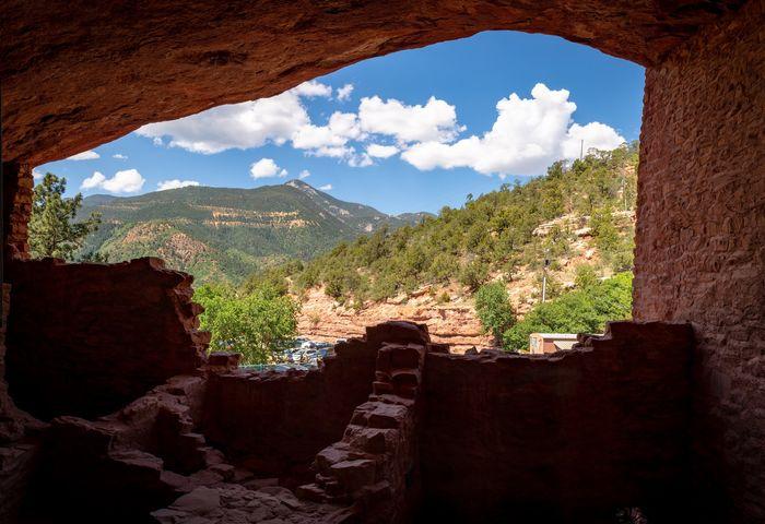 Foto de colinas tomadas desde el interior de una cueva usando un marco dentro de una composición de marco