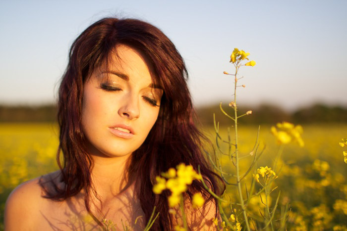 Dreamy outdoor portrait photography of a female model - natural light tips for photographers