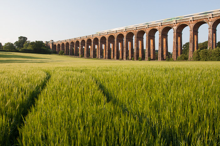 A photo of a viaduct containing an incorrect use of leading lines
