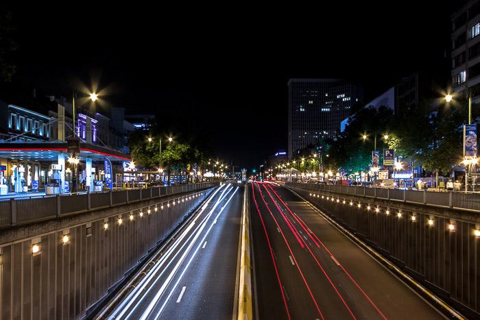 Sinal luminoso de carros em movimento no Boulevard de Waterloo à noite (Bruxelas, Bélgica), fotografia de borrão de movimento