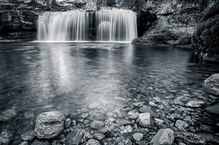 Borrão de movimento sedoso na água da cachoeira Ferrera, Itália