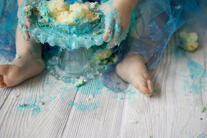 A baby feet covered with green icing - Cake Smash Photography