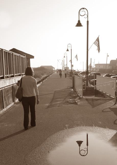 Una imagen de una mujer caminando por un camino donde prevalecen las sombras - Proyectos de fotografía para hacer con niños