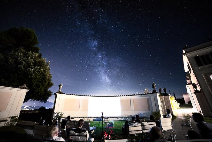 Foto impressionante de astrofotografia de um céu estrelado sobre uma área de eventos ao ar livre