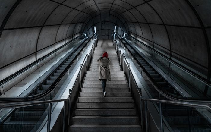 Pessoa subindo escadas em uma estação de metrô