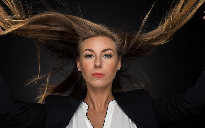 Iluminação do retrato: foto média de uma mulher com o cabelo ao vento