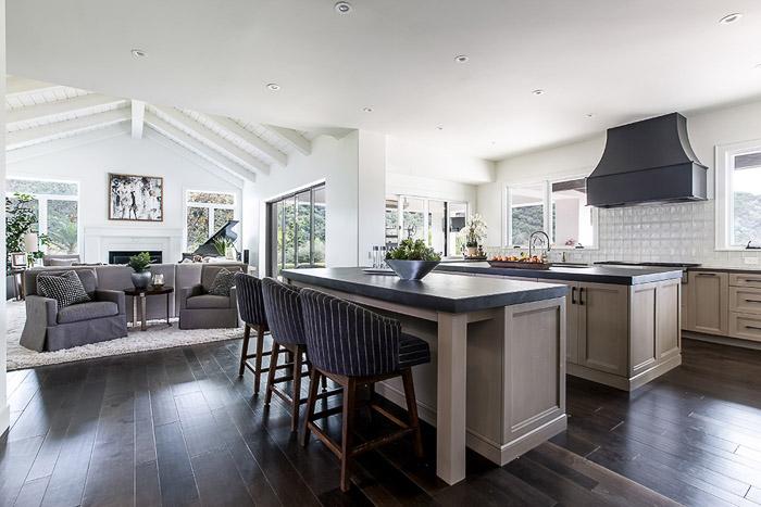 3/4 Perspectiva sobre una cocina bien iluminada.