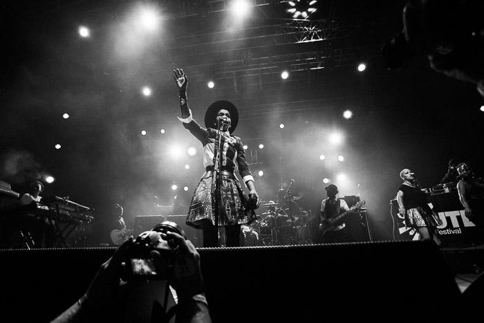 Un cantante en el escenario editado con los ajustes preestablecidos de Mastin Labs