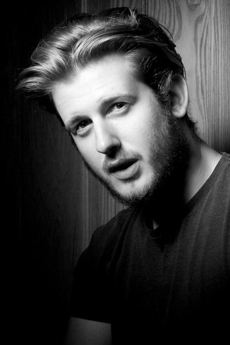 Uma foto em preto e branco da cabeça de um homem