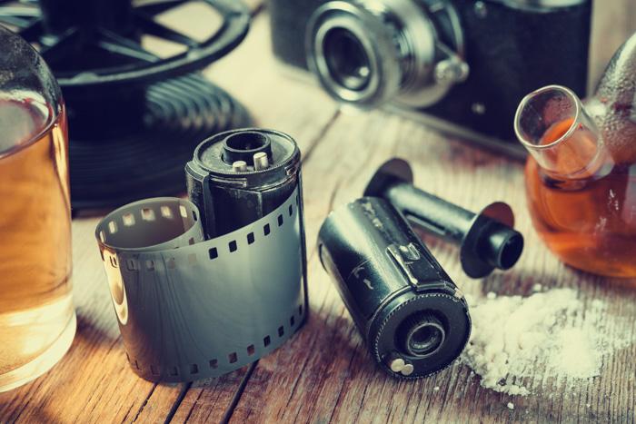 Materiais para revelar filme para fotografia em preto e branco