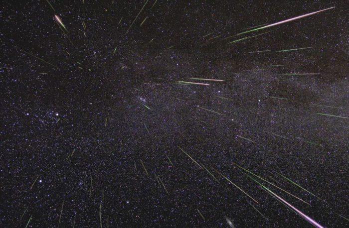 Foto astrofotográfica de uma chuva de meteoros