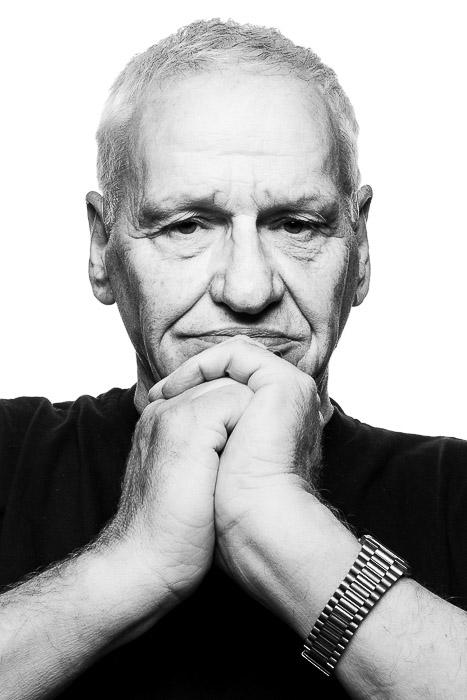 Uma imagem em preto e branco contrastante de um homem na frente de um fundo branco