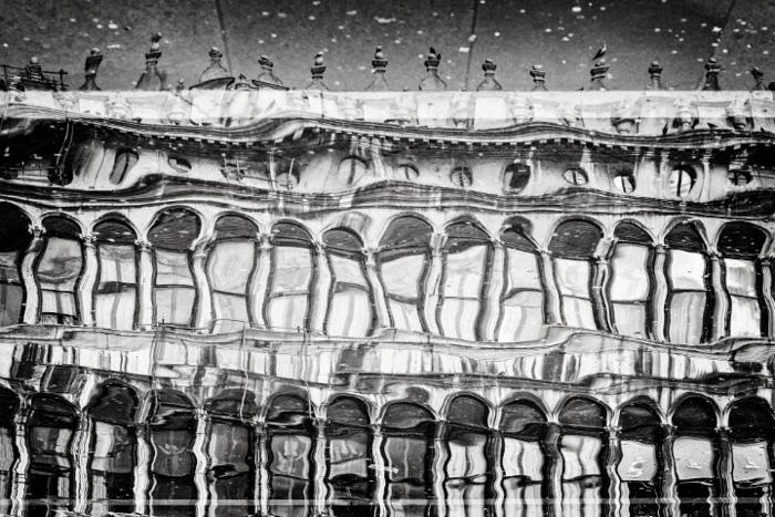 Reflexo de uma fotografia de arquitetura abstrata filmada em uma poça