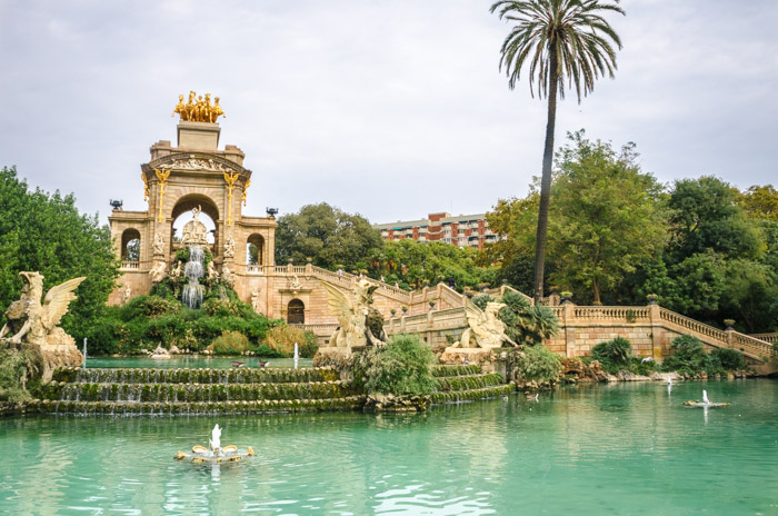 photo of a beautiful park in Barcelona with a lake and fountains