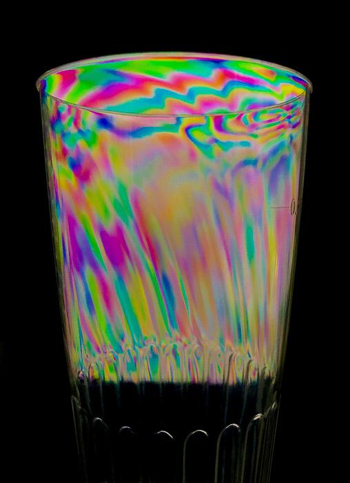 Fotoelasticidade colorida em um copo