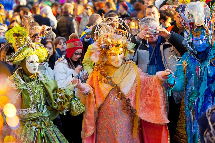 Uma fotografia de rua do carnaval de Veneza