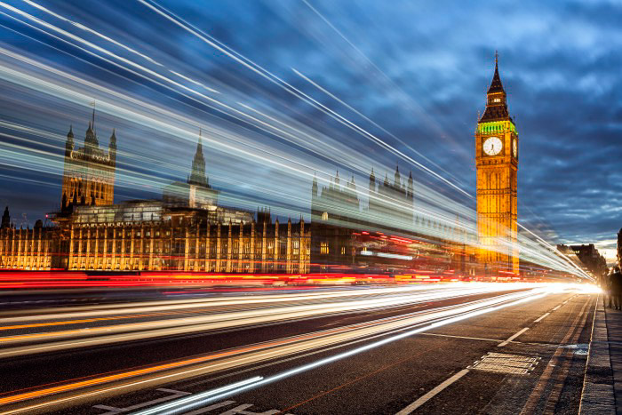 Uma imagem de longa exposição de Londres com o Big Ben em baixa luminosidade