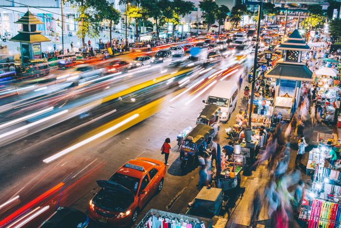 Uma fotografia de rua de longa exposição à noite.