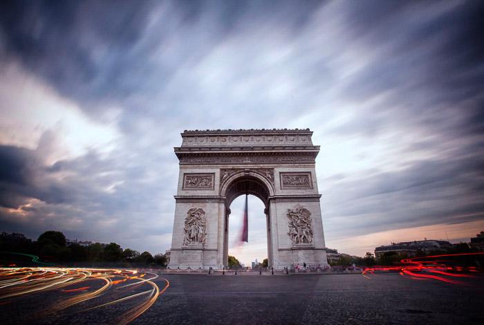 Uma imagem de longa exposição do Arco do Triunfo em Paris