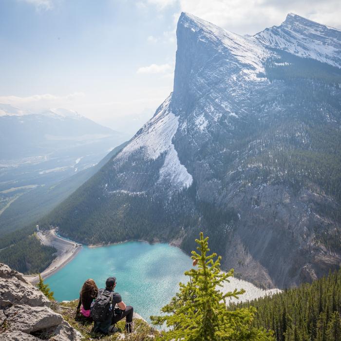 Imagem de viajantes rodeados por uma bela paisagem.