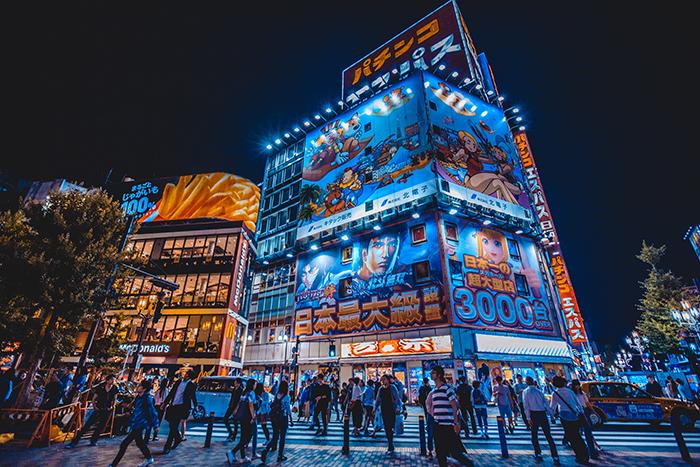 Uma imagem fotográfica de viagem de outdoors de néon do Japão à noite