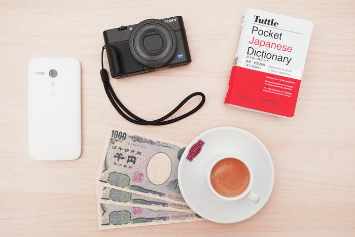 Acessórios para fotografia de viagem, como guia, câmera, dinheiro local e telefone