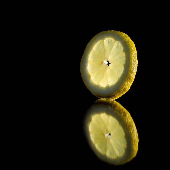 Una foto creativa de una rodaja de limón.