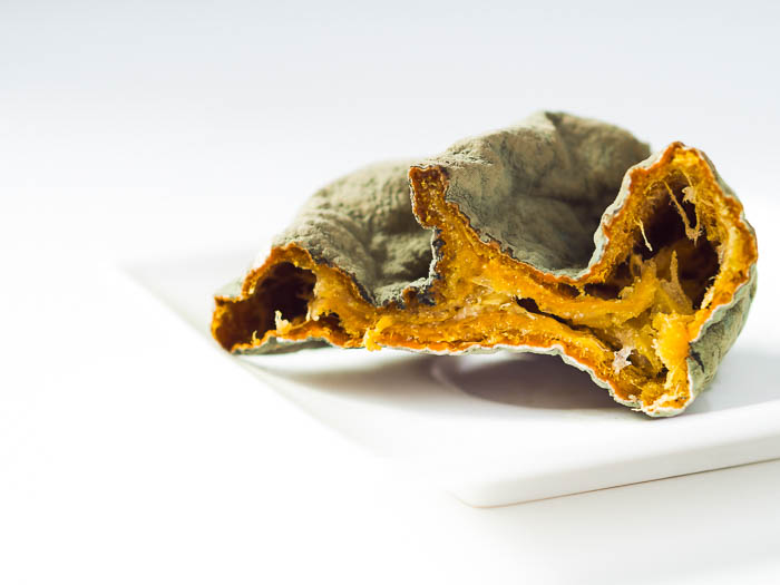 imagen creativa de una naranja podrida