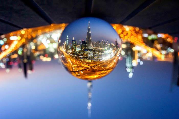 Fotografia da bola de cristal de uma cidade de cabeça para baixo.