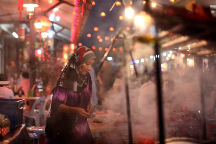 A night street shot of a street food vendor