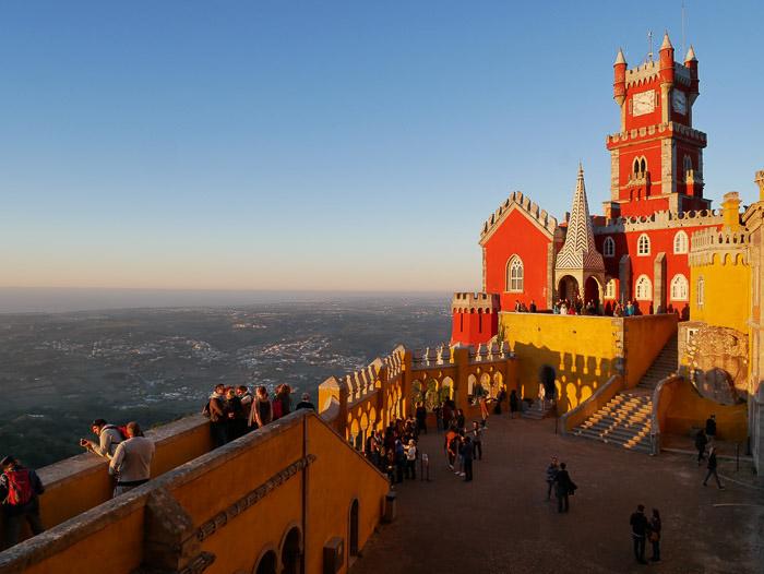 Eksterior penuh warna dari sebuah bangunan yang diambil selama Golden Hour untuk fotografi arsitektur yang lebih baik