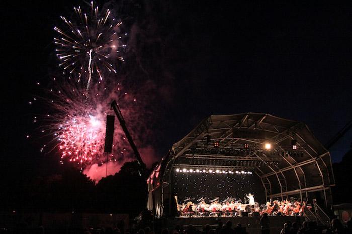 Fogos de artifício explodindo em um palco ao ar livre