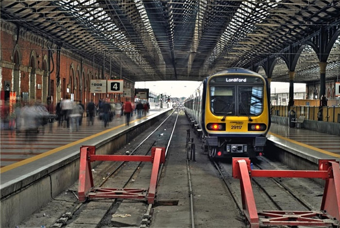 Um trem em uma estação de trem.