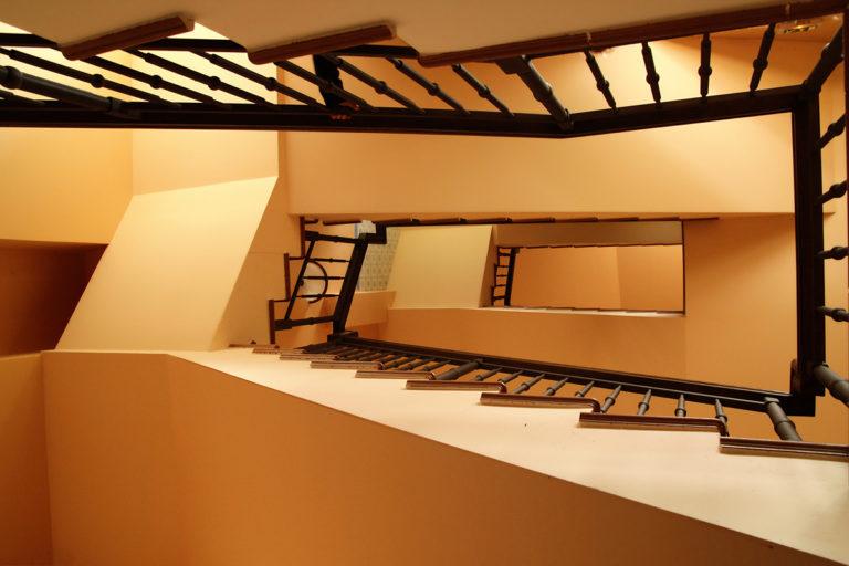 Foto de uma escada sinuosa amarela tirada de baixo