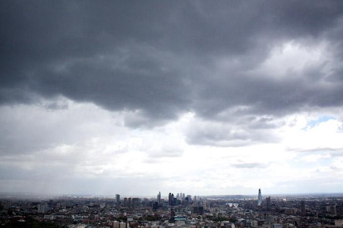 Céu tempestuoso sobre uma cidade