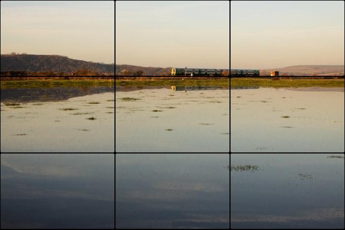 A regra dos terços da grade de composição fotográfica sobreposta em uma foto de paisagem marinha