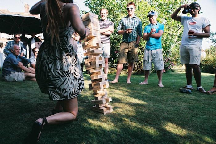 Foto espontânea de pessoas jogando jenga gigante ao ar livre