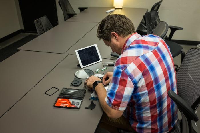 Um homem experimentando dicas de fotografia DIY em um estúdio caseiro
