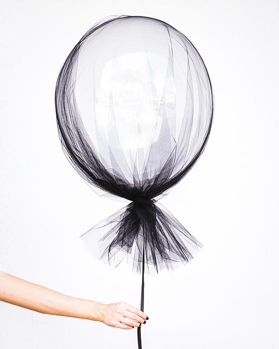 Uma pessoa segurando um balão de renda