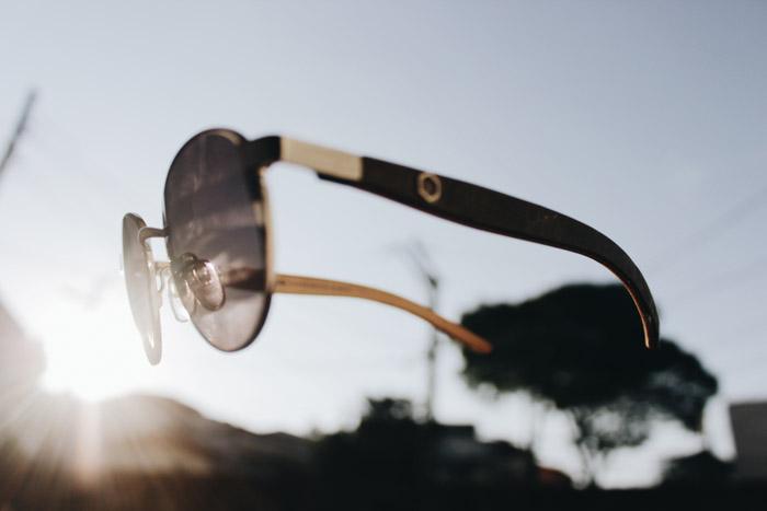 Óculos de sol voando no ar