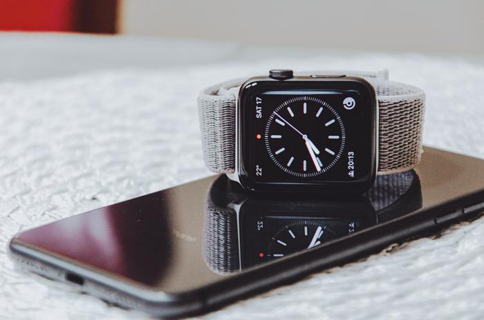 Um relógio em um smartphone