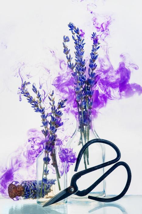 Natureza morta de flores com pintura de efeito de água.