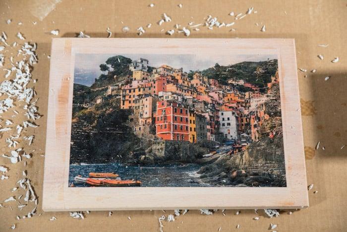 Uma foto impressa em madeira