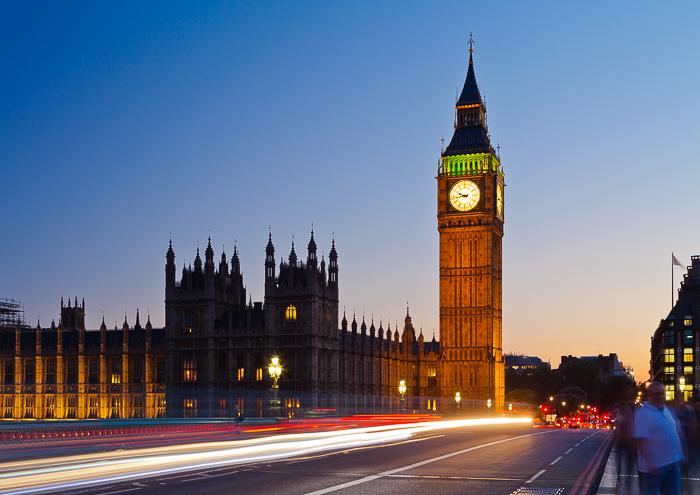 Atmosférica escena de una calle de Londres fotografiada durante la hora azul