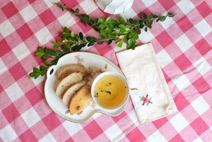 un plato de comida sobre un mantel a cuadros rosa