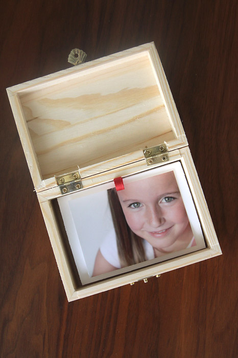 A personalised pull out photo album - photo gifts - http://www.itsalwaysautumn.com/2015/11/12/easy-cheap-diy-gift-idea-photo-gift-box.html