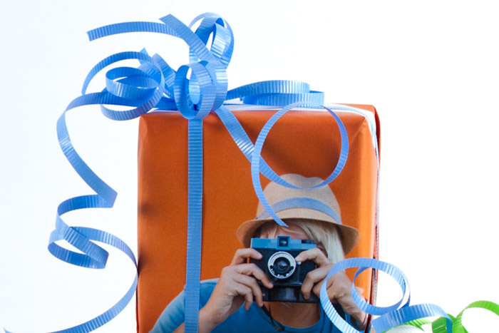 Personalised photo wrapping paper - photo gifts - http://content.photojojo.com/diy/photo-wrapping-paper/