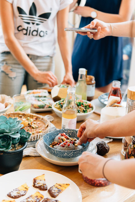 Lifestyle social media photography of a dinnerparty - best instagram camera
