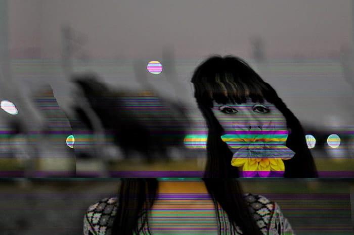 Retrato em preto e branco de uma menina com efeito colorido de falha no Photoshop