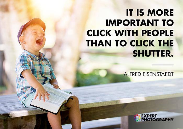 Uma imagem brilhante e alegre de um menino sentado em um banco de sobreposição com uma citação de